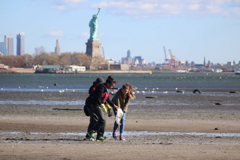 Kids cleaning up a NYC beach.