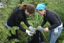 Volunteers enjoy the outdoors while picking up trash and recording what they find. (Photo Credit: NOAA)